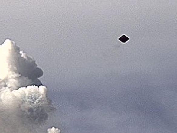 OVNI-em-forma-de-diamante-sobre-vulcão-ampliado