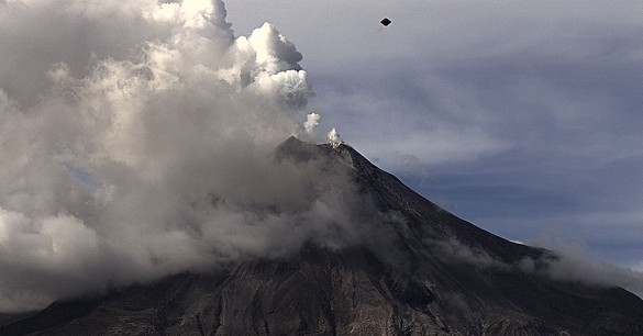 OVNI-em-forma-de-diamante-sobre-vulcão