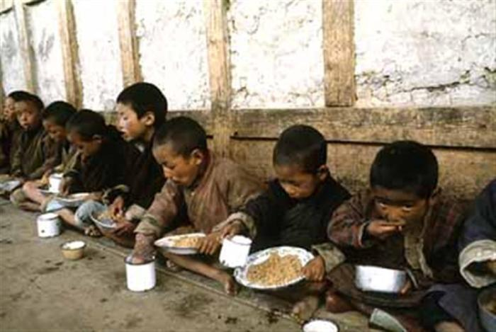 north-korean-orphans-sitting-on-floor-in-rags-eating